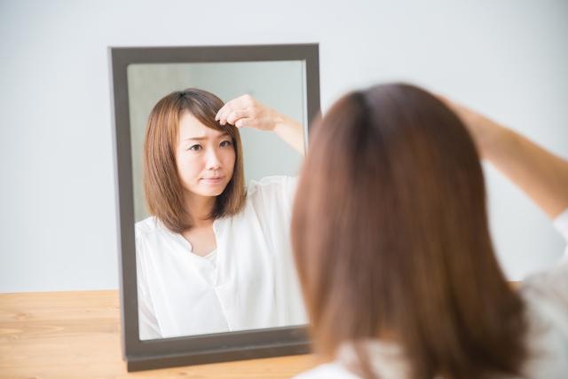 髪型に悩む女性