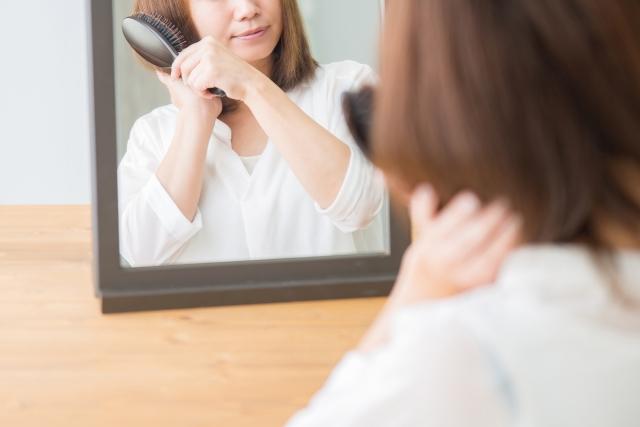 髪を梳く女性