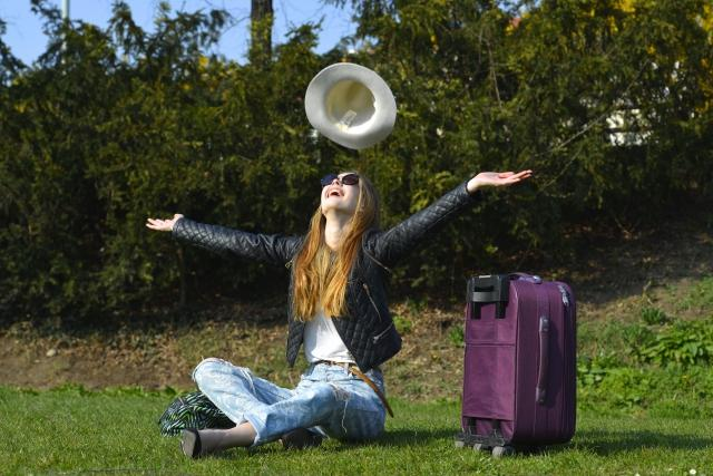 帽子を投げる女性